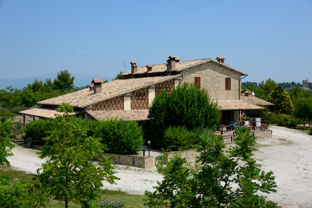 Agriturismo con Appartamenti con Camino, Piscina e Ristorante- Eco Village a Bevagna